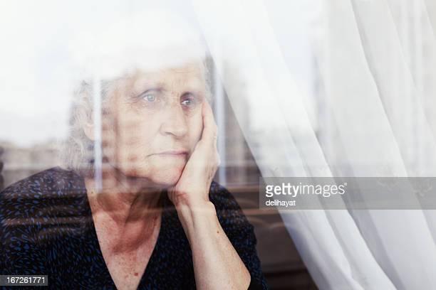 心配りの行き届いた - 年配の女性一人 ストックフォトと画像
