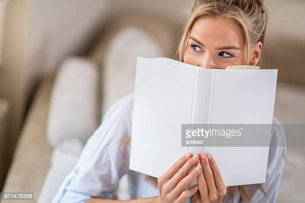 pensive femme lisant un livre - femme coquine photos et images de collection