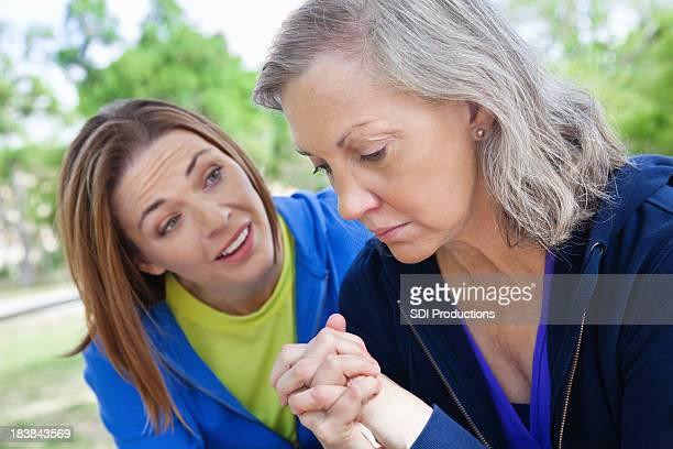 Pensativa mulher a receber apoio do suporte amigo
