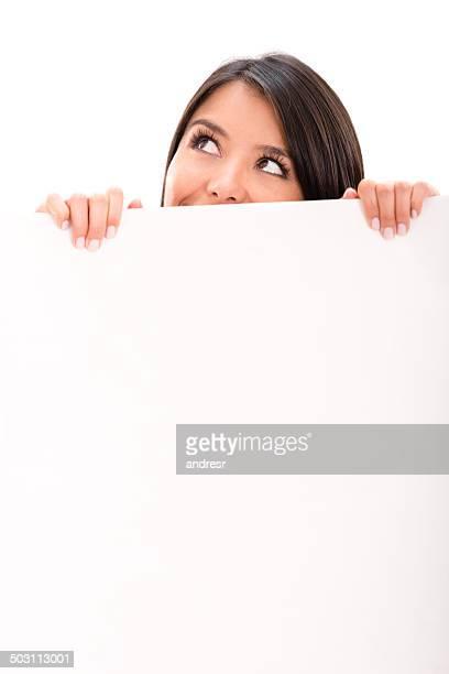 Femme pensive avec une pancarte