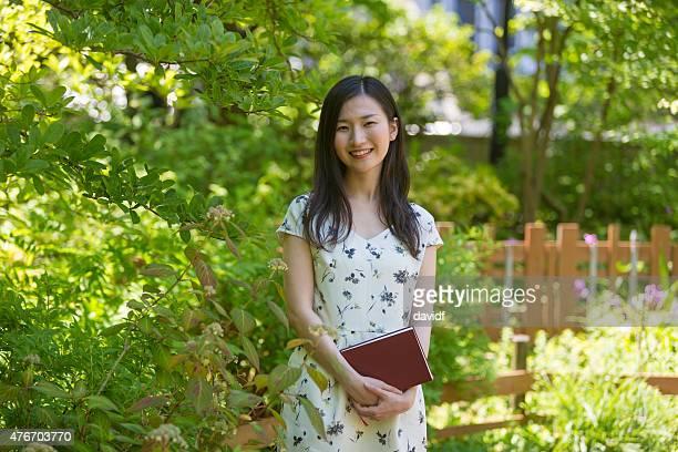 心配りの行き届いた若いアジアでの学生の日本庭園