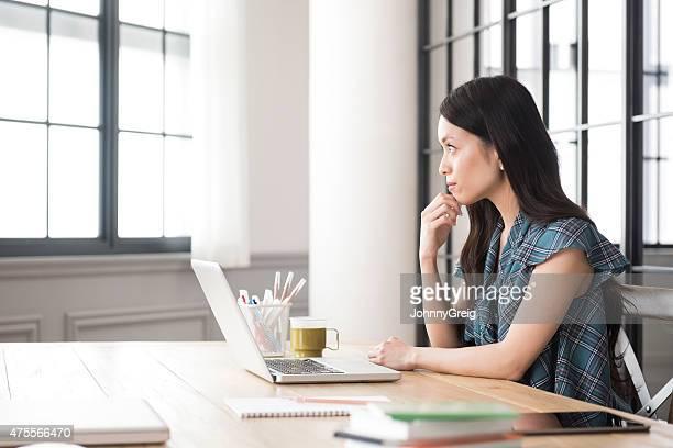 心配りの行き届いた若いアジア人の女性が仕事 - デスクトップ型パソコン ストックフォトと画像