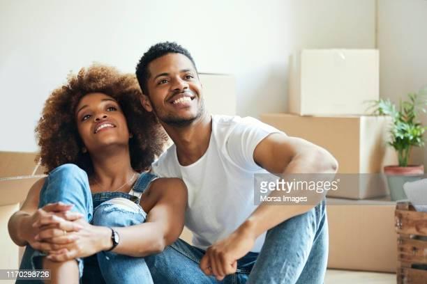 attent jong stel zittend in nieuw huis - afro amerikaanse etniciteit stockfoto's en -beelden