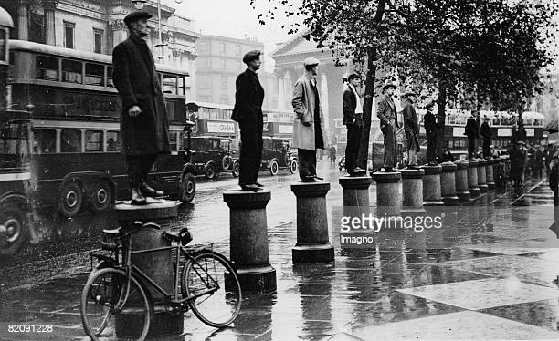 Thousand unemployed people demonstrating in London Some man standing on collumns at Trafalgar Square England Photograph October 31st 1932 [Tausende...