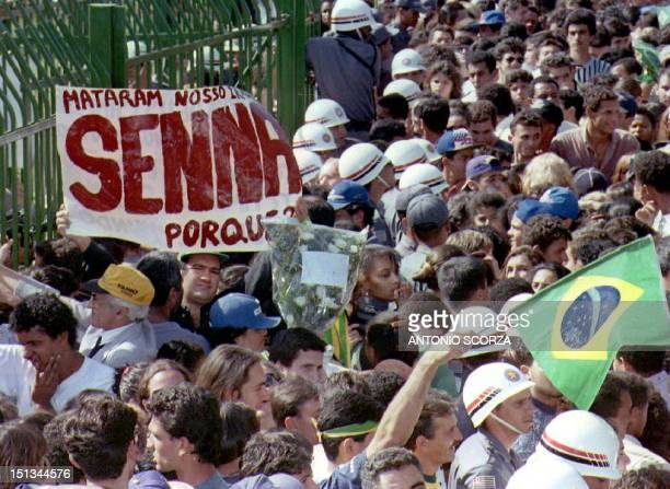 Thousands of Brazilians gather at the gates of Sao Paulo Legislative Assembly 04 May 1994 as they await the arrival of the funeral cortege carrying...