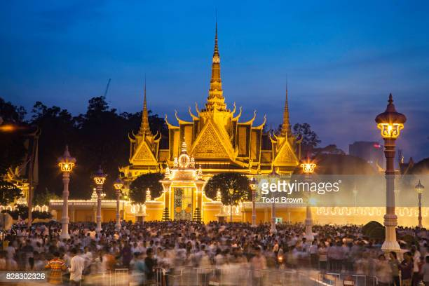 Thousands of Cambodians morn King Sihanouk at royal palace