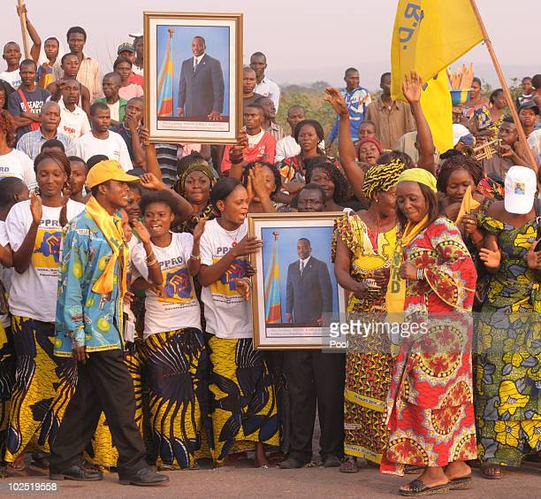 Thousands of Congolese wait for King Albert and Queen Paola from Belgium on the streets of Kinshasa Congo King Albert and Queen Paola are in Congo...