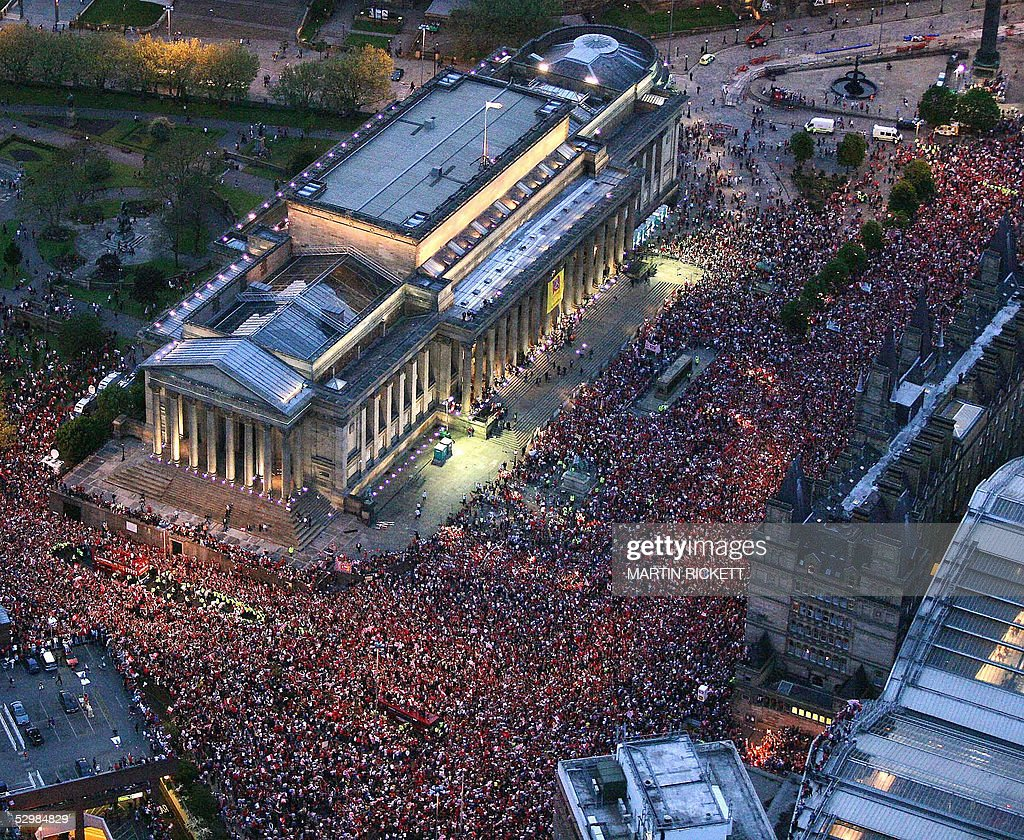 Thousands of fans cheer the Liverpool fo : News Photo