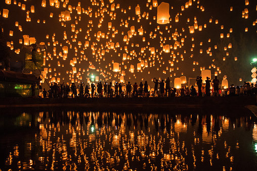 Thousands of Lanterns in the sky with the reflection on the water with people watching.Yeepeng festival, Chiangmai, Thailand - gettyimageskorea