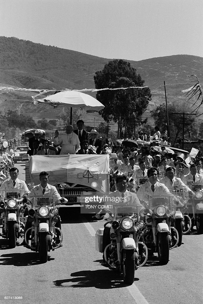 Thousands of peasants cheer as Pope John Paul II crosses the 120-kilometer stretch separating Mexico from Puebla. | Location: Puebla, Mexico.