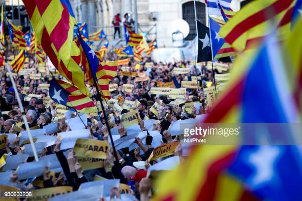 Thousands of people demonstrate in Barcelona in apayo to the Catalan Republic the proindependence political prisoners and exiles and Carles...