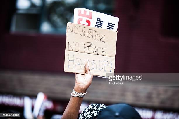 migliaia di persone segno di protesta contro nypd in agosto 2014 - bandiera comunista foto e immagini stock