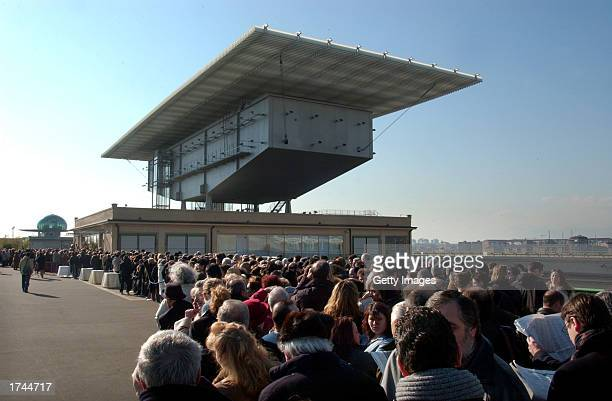 Thousands of people wait to enter the funeral chamber of Fiat honorary chairman Giovanni Agnelli which is located on the roof of the old Fiat...