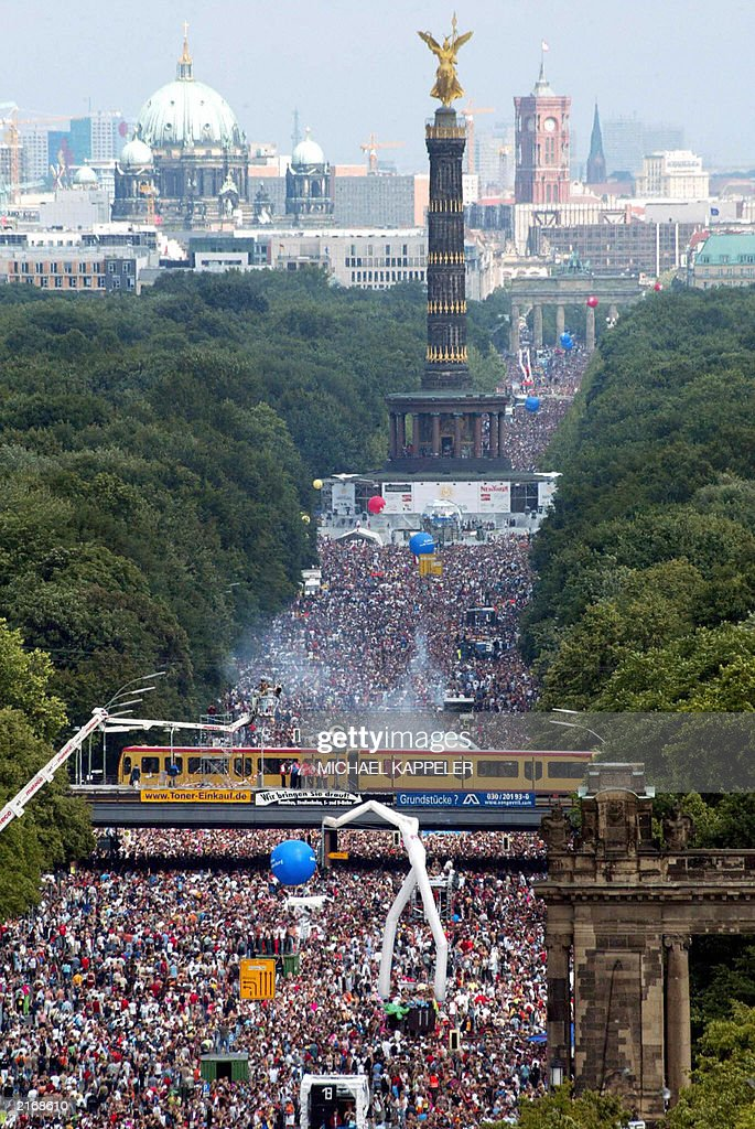 Thousands of techno fans take part in th : News Photo
