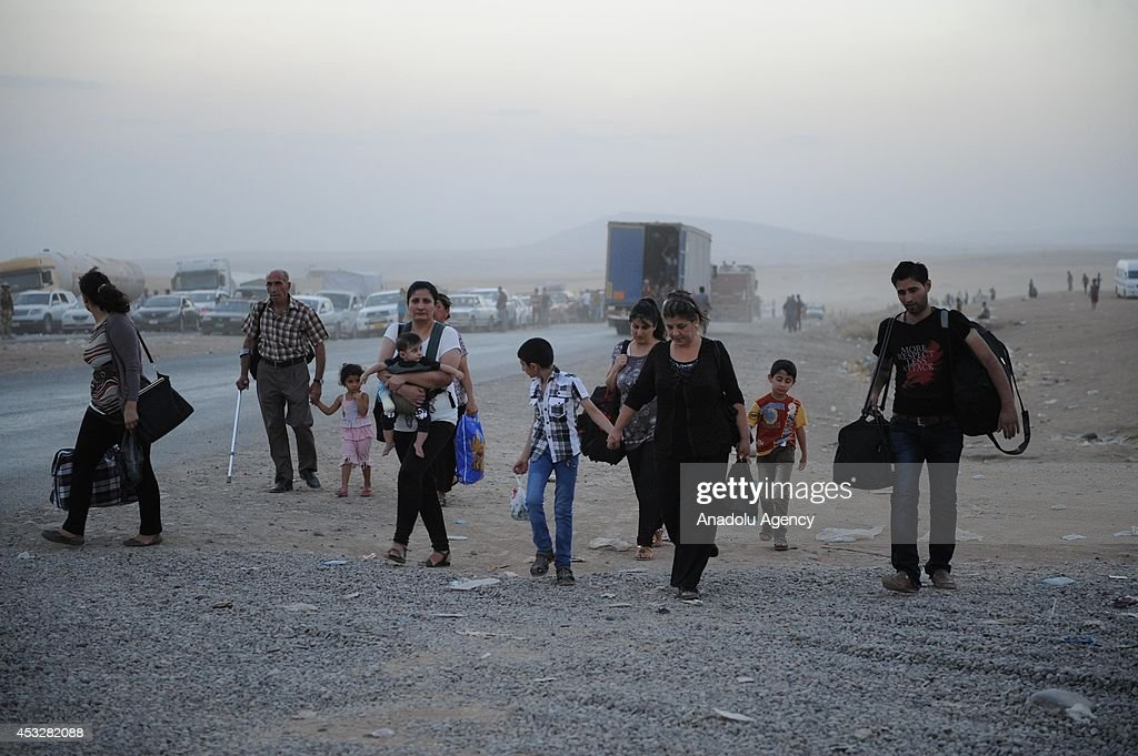 Thousands flee Iraq's Mosul : News Photo