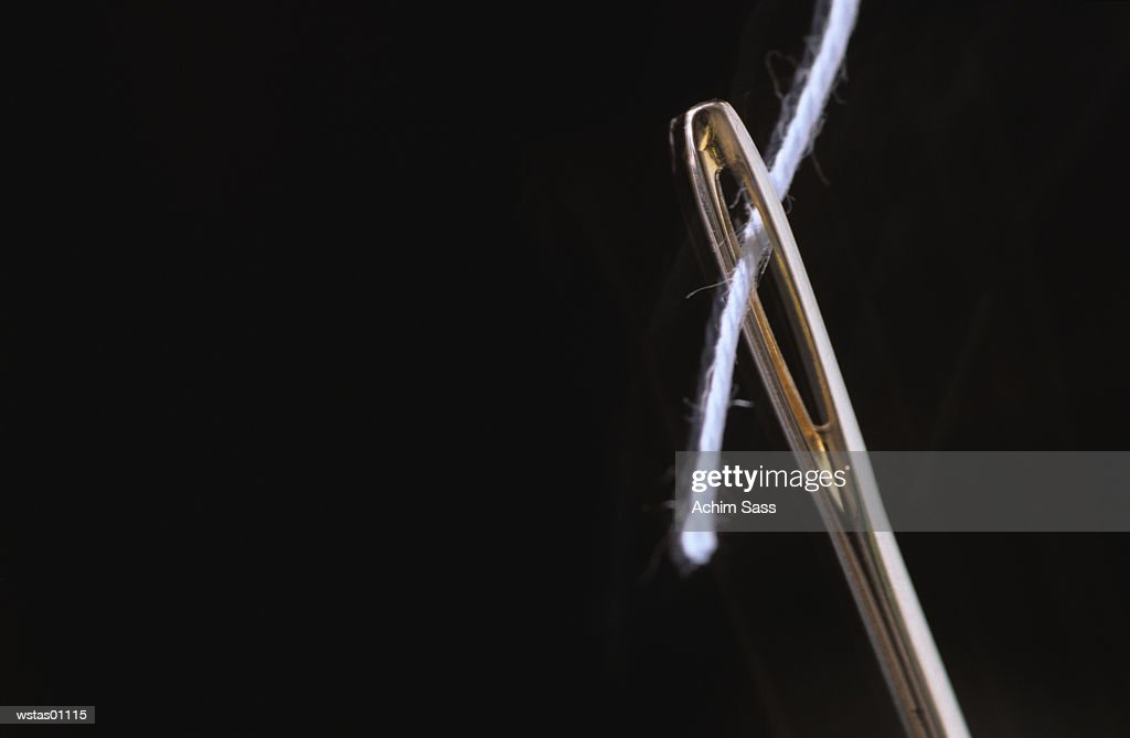 Threaded needle, extreme close up : Stockfoto