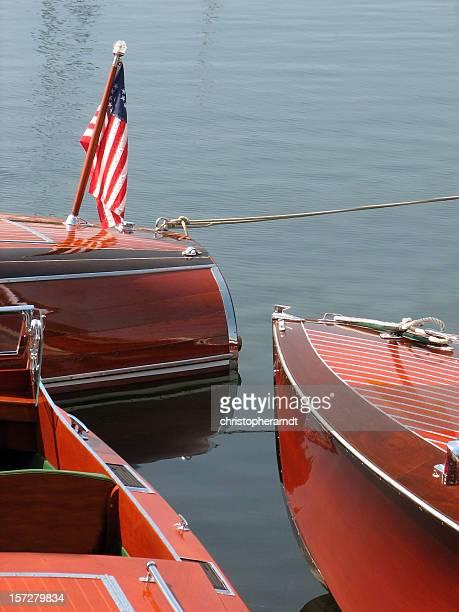 Drei alte Holz Boote vertäut im Hafen