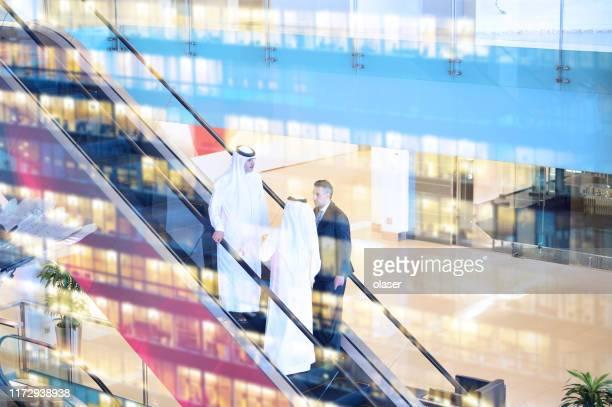 3人のアラブ人ビジネスマンがビルに入る - サウジアラビア ストックフォトと画像