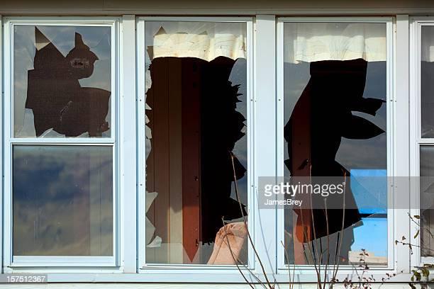 Drei schlecht defekte Fenster