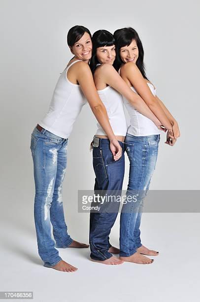 3 つの美しい女性の一緒に立って微笑む