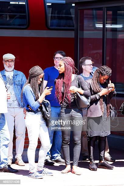 tre donne nere sulla piattaforma di stazione ferroviaria di dortmund - dortmund città foto e immagini stock