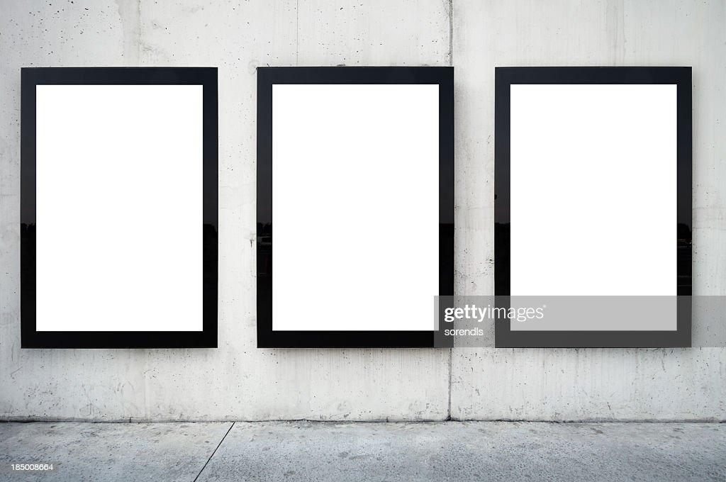 Tres vallas publicitarias en blanco en pared. : Foto de stock