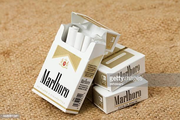 tres cajas de marlboro oro de paquete de cigarrillos - marlboro fotografías e imágenes de stock