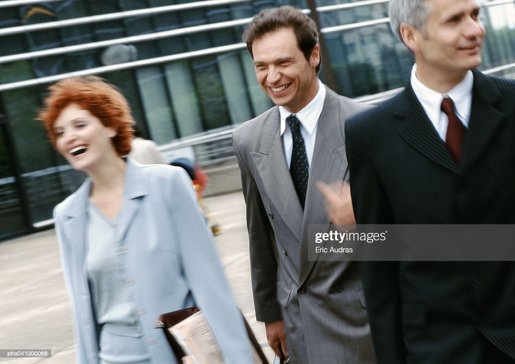 Three business people walking outside : Stockfoto