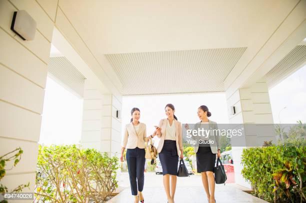 ホテルの入り口を歩く 3 つのビジネス女性