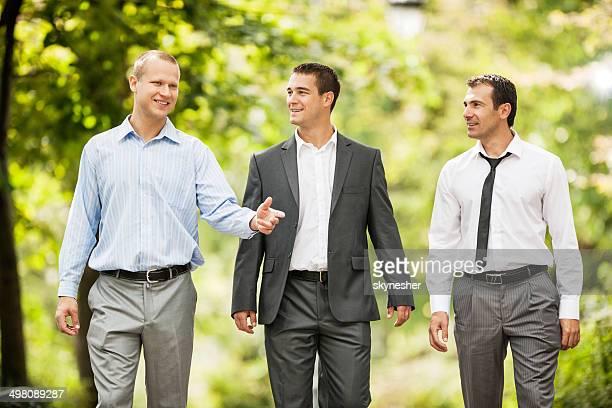 Drei Geschäftsleute in den park.