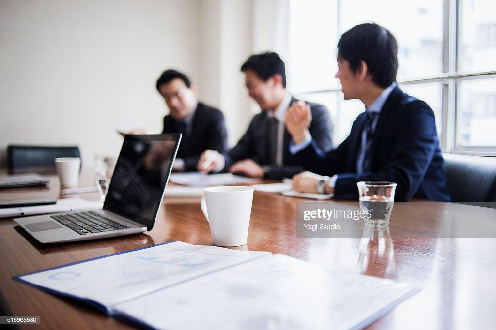 3 つのビジネスマンのミーティング、コンファレンスルーム。 : ストックフォト