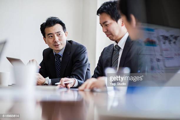 3 つのビジネスマンのミーティング、コンファレンスルーム。 - ミーティング ストックフォトと画像