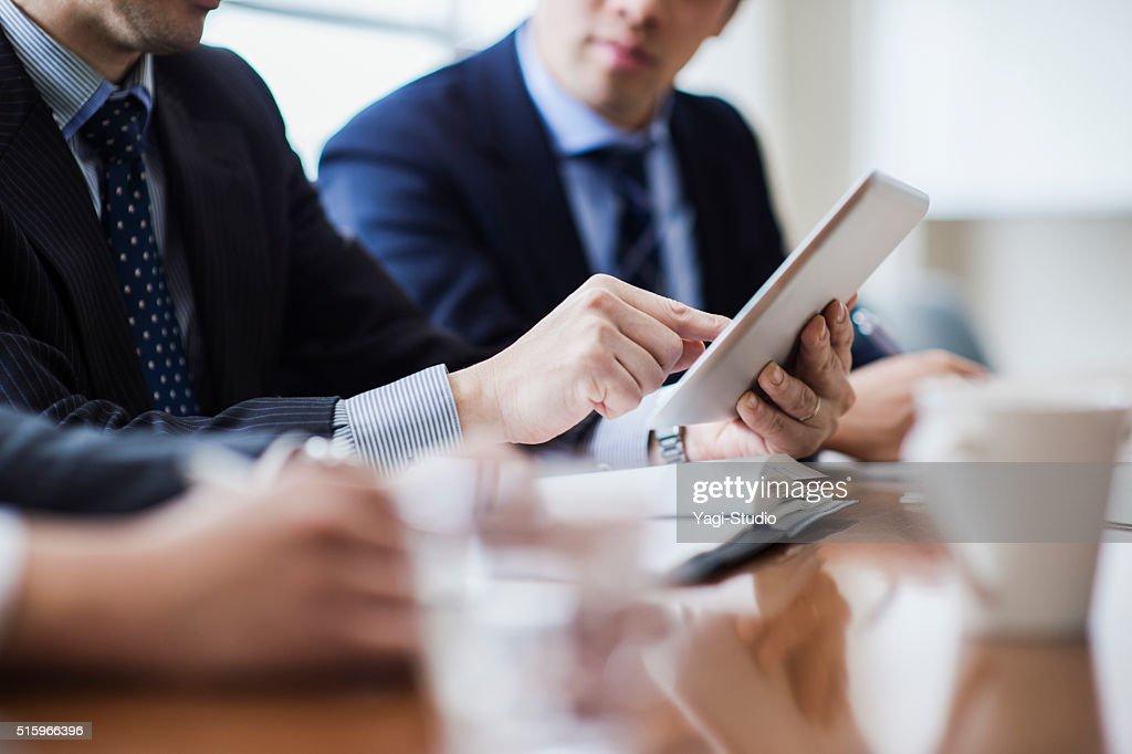 会議室でミーティングする3人のビジネスマン : ストックフォト