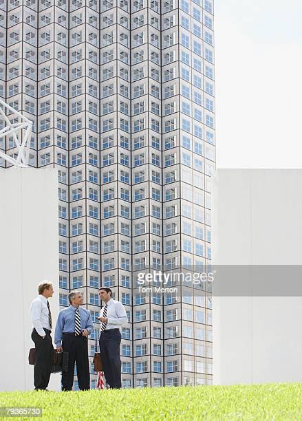 Drei Geschäftsleute im Freien reden