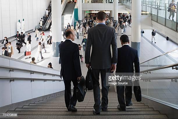 3 つのビジネスマンウォーキングダウンステアズ