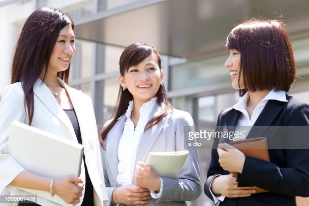 three businessmen who are talking - nur japaner stock-fotos und bilder
