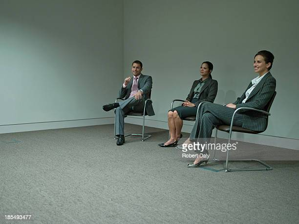 Tres empresarios sentado en la oficina