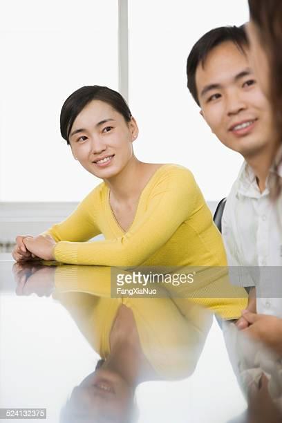 3 つの businessperson で話している会議テーブル