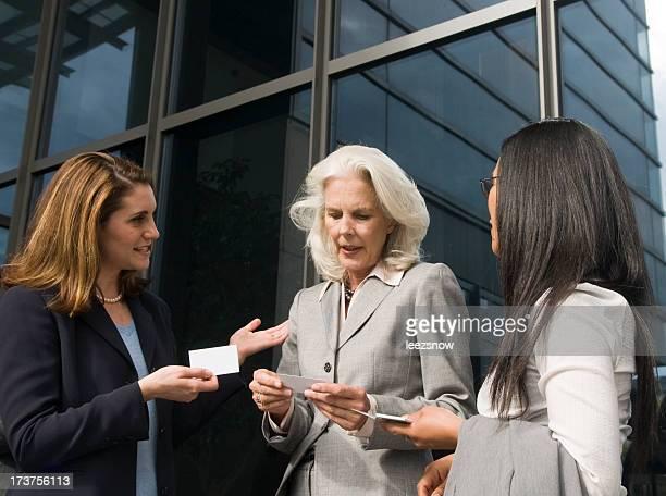 Geschäftsfrauen Austausch von Visitenkarten