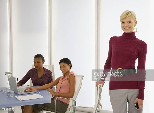 Drei Geschäftsfrauen in ein boardroom mit einem Steh auf