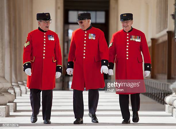 three chelsea pensioners - hugh sitton stock-fotos und bilder
