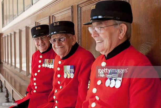 three chelsea pensioners - hugh sitton stock-fotos und bilder