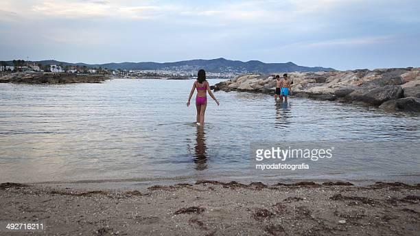 españa, barcelona, hermanos (10 a) en la playa - mjrodafotografia fotografías e imágenes de stock