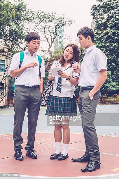 Drei chinesischen Studenten auf Basketball -, Hong Kong, China, Asien