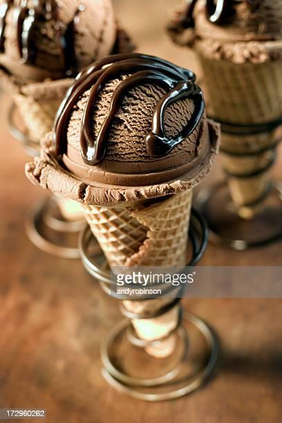 trois cônes de crème glacée au chocolat - glace au chocolat photos et images de collection