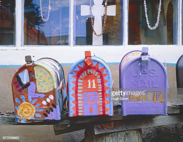 three colourful painted letterboxes in usa - hugh sitton stock-fotos und bilder