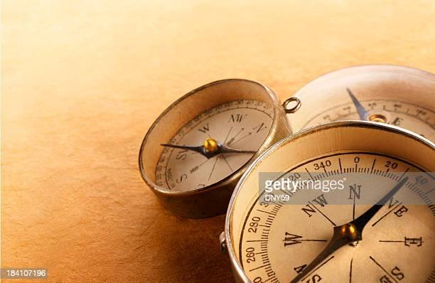 três compasses inclinada em uma outra superfície texturizada na warm - três objetos - fotografias e filmes do acervo