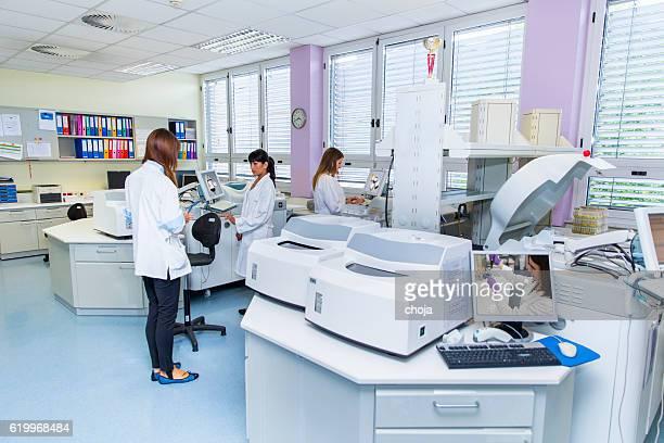 Drei süße Techniker im Labor von blood bank