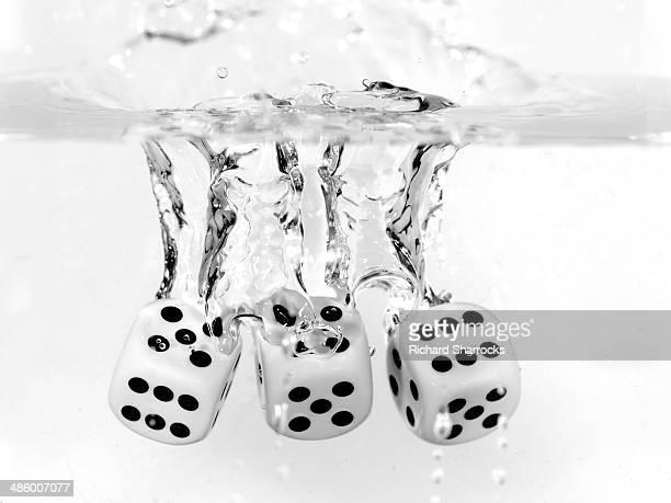three dice in water - モーペス ストックフォトと画像