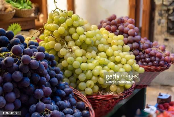 three different variaties of grapes - cabernet sauvignon grape - fotografias e filmes do acervo